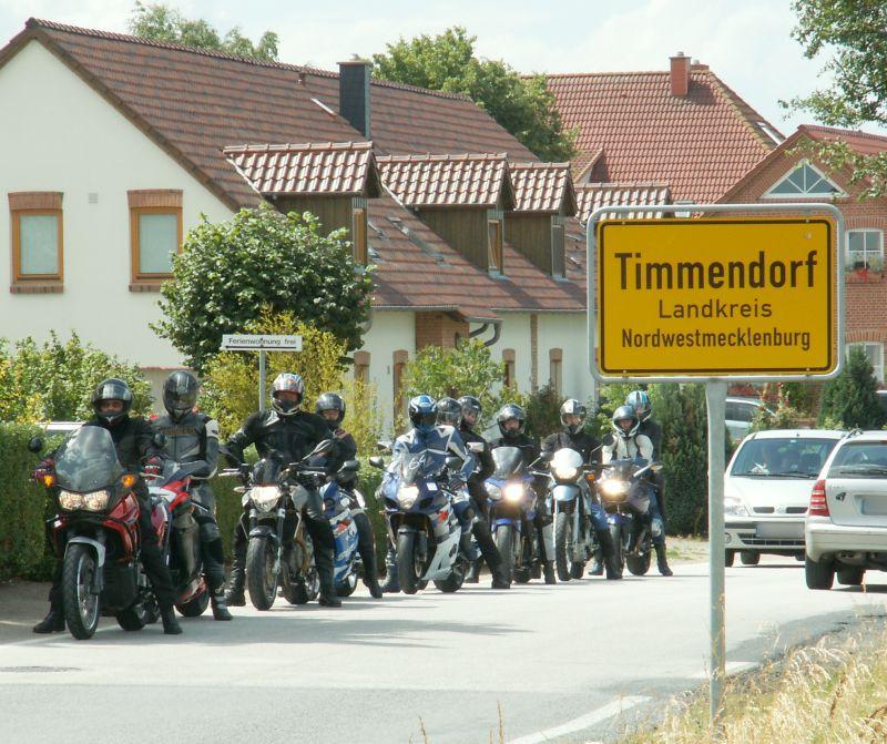 kurzer Halt der Motorradausfahrt am Ortsein- bzw. -Ausgang von Timmendorf